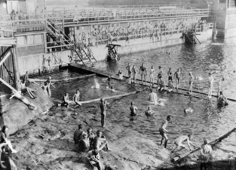 Uimareita Humallahden uimalassa